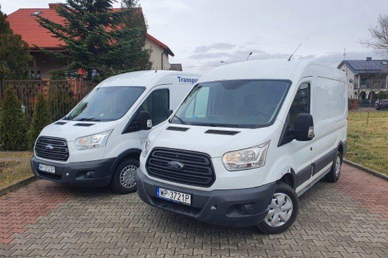 Tir transportujący ciężki pojazd