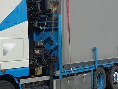 ciężarówka z przyczepami ciężarowymi