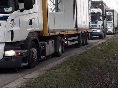 flota ciężarówek na drodze