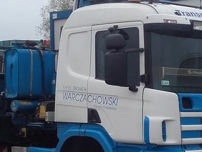 transport dwoma ciężarówkami
